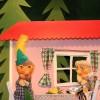 Grossmutter warnt Peter, er soll immer das Gartentor zumachen