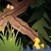 Die Ente geht im dunklen Wald schwimmen