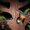 Peter klettert auf den Baum und fängt den Wolf